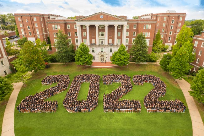 The Vanderbilt Class of 2022 traditional class photo on Commons Lawn. (Vanderbilt University)