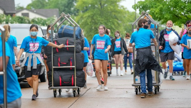 Upperclassmen help first-year student move in to campus houses on Aug. 21, 2021.