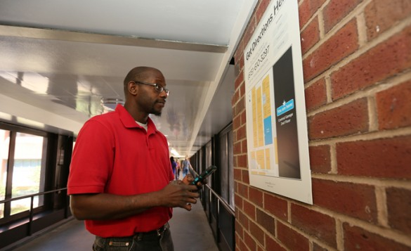 Visitor Terry Manning uses his smartphone to test text-based directions to find Vanderbilt University Hospital's Courtyard Café while he waits for his girlfriend during her appointment. (photo by Anne Rayner)